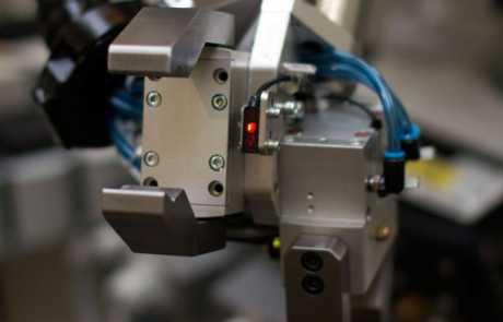 Optymalizacja linii produkcyjnej - chwytak robota wyposażony w optyczny czujnik - Balluff Innovating Automation