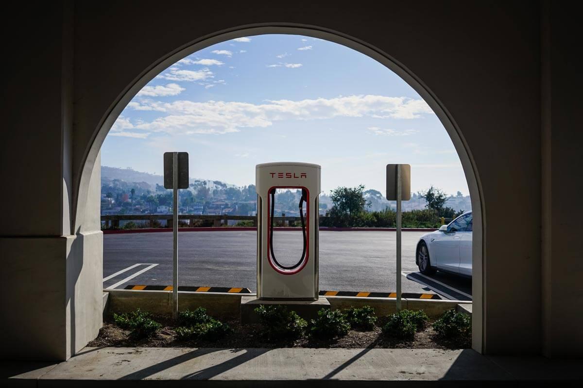 Stacja ładowania aut elektrycznych Tesla - Innovating Automation