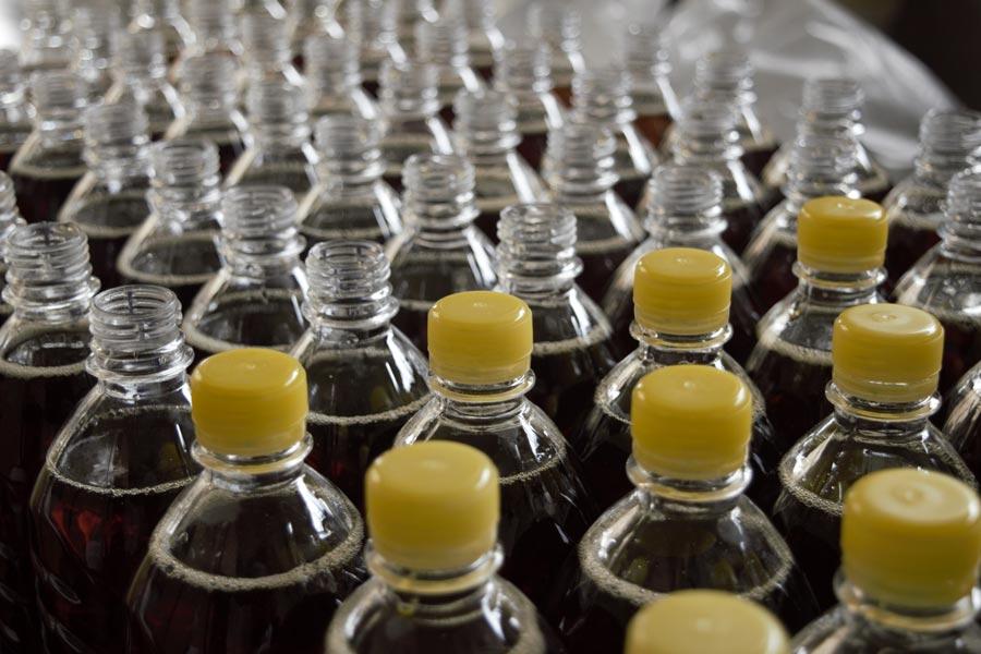Kontrola wizyjna umieszczania nakrętek na butelkach - Innovating Automation